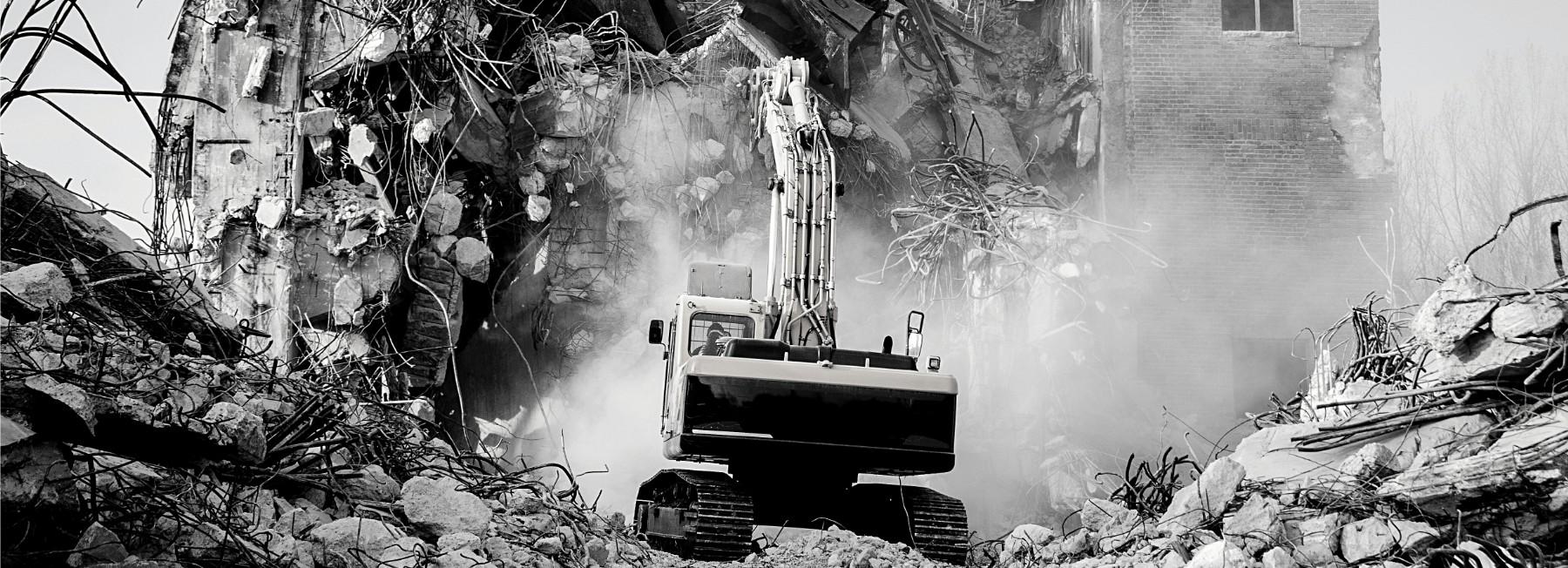 kraan tussen puin op de bouw