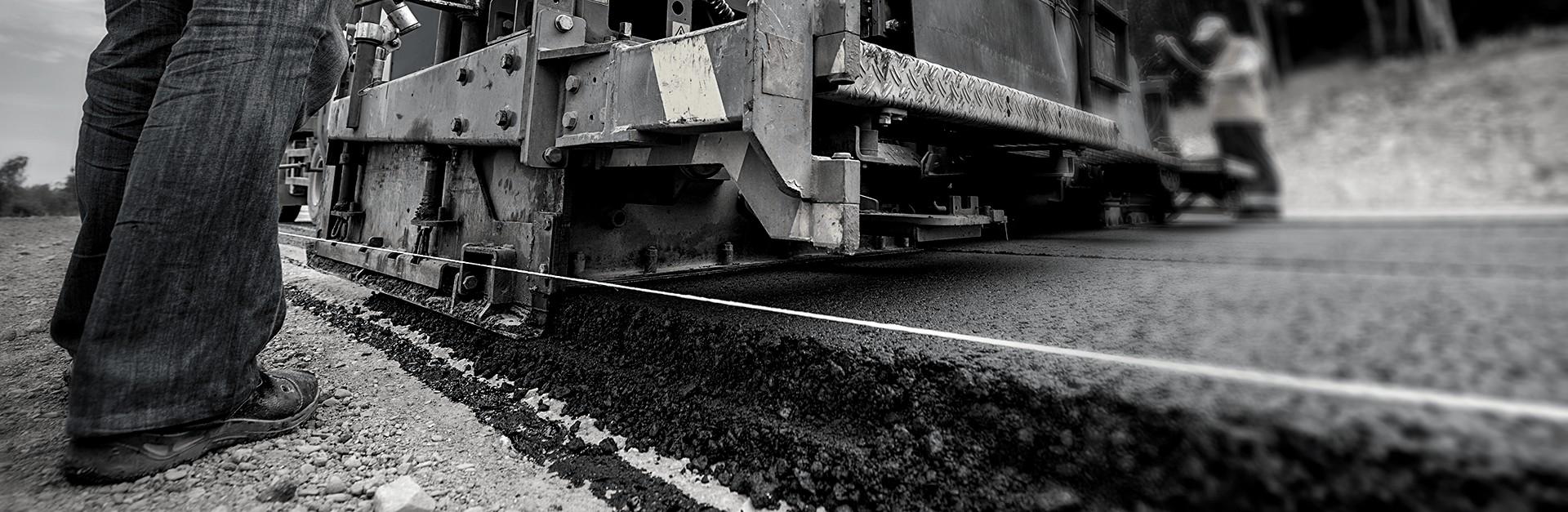mannen leggen asfalt aan