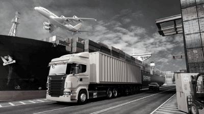 vrachtwagen in de haven waar een vliegtuig over vliegt